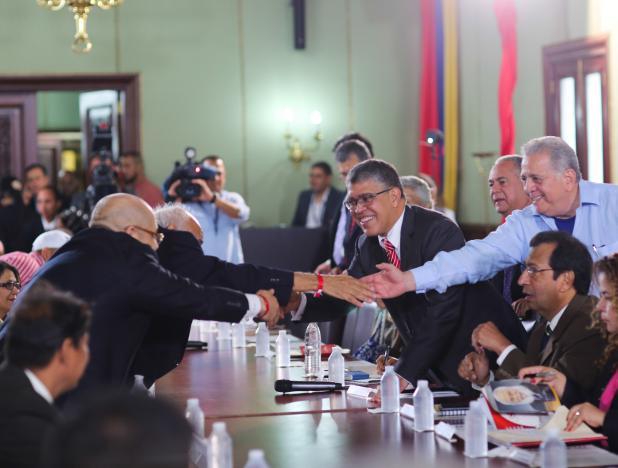 Comisión Presidencial Constituyente se reúne con 17 partidos políticos de oposición